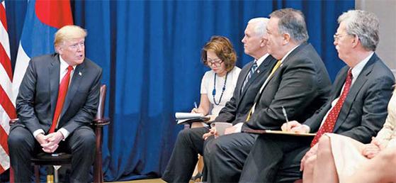 지난달 24일 뉴욕에서 한·미 정상회담 중 참모들과 대화하는 트럼프 미국 대통령. [뉴시스]