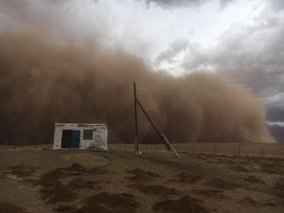 지난해 4월 돈드고비아이막 만달고비시 인근에 모래폭풍이 불어오는 모습. [사진 푸른아시아]