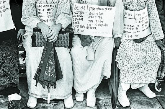 1983년 헤어진 가족을 찾기 위해 KBS로 나선 사람들. 10만여 명이었던 것으로 추정된다. [사진 열화당]