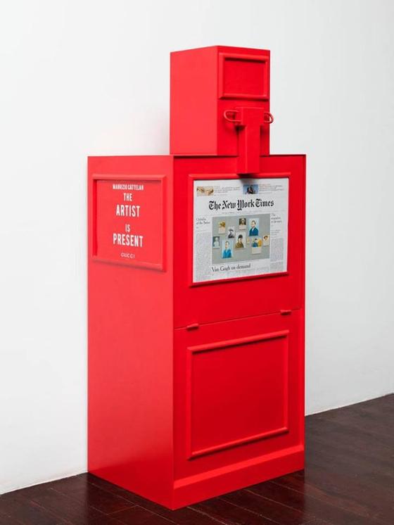 구찌의 상하이 현대미술전 'The Artist is Present'에 전시된 짝퉁 뉴욕타임스 신문을 전시한 'The New Work Times'