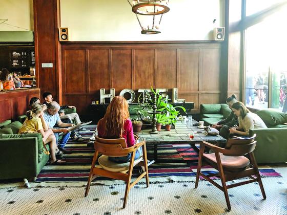 미국 포틀랜드의 에이스 호텔 로비는 크리에이터들의 집합소이자 사랑방이다. [사진 여하연]