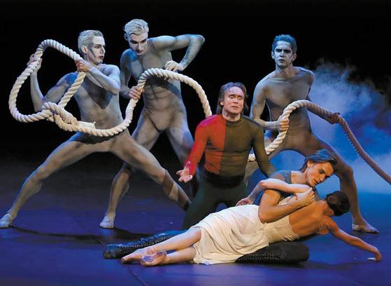 상페테르부르크의 알렉산드린스키 극장에서 '아모레 프로젝트'를 공연하는 자하로바. [TASS=연합뉴스]