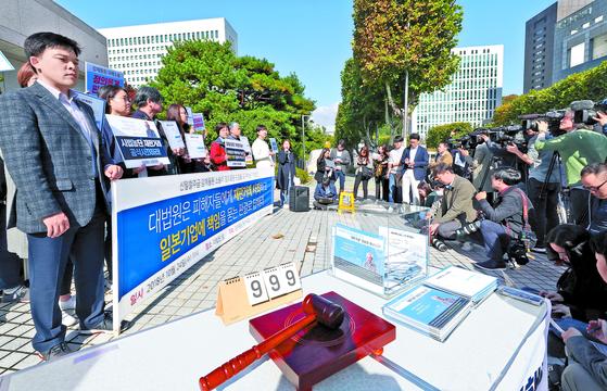 대법원 전원합의체에 의한 강제징용 판결을 6일 앞둔 24일 서울 서초동 대법원 청사 앞에서 관련 시위가 벌어지고 있다. [연합뉴스]