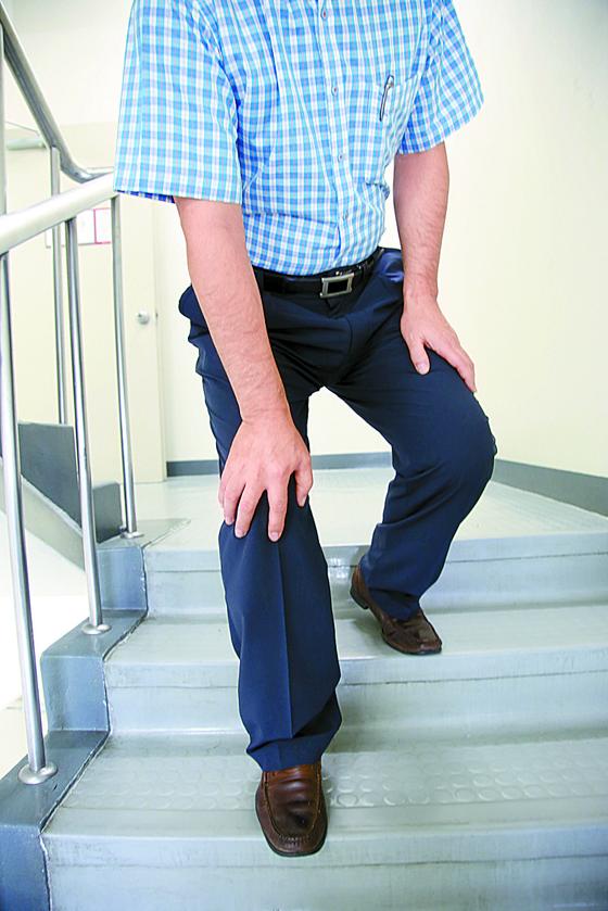 관절염 환자는 무릎에 부담이 되는 계단이나 양반다리 등을 피해야 한다. 하지만 초기 관절염 환자는 잰걸음 운동으로 수술 위험을 낮출 수 있다는 연구결과가 나왔다. [중앙포토]