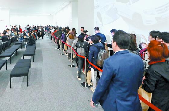 26일 인천시 서구 SK리더스뷰 모델하우스에 시민들이 전시 주택을 보려고 줄지어 서 있다. [연합뉴스]