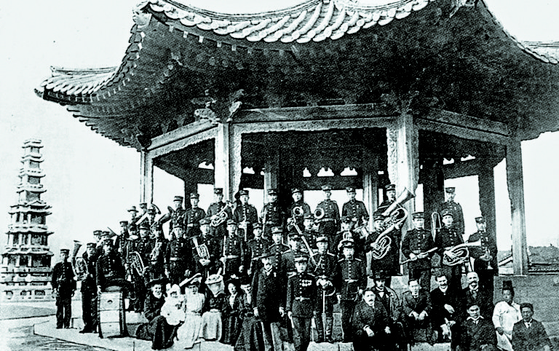 1906년 탑골공원에서 연주회를 마친 '대한제국 군악대(양악대)'. [중앙포토]