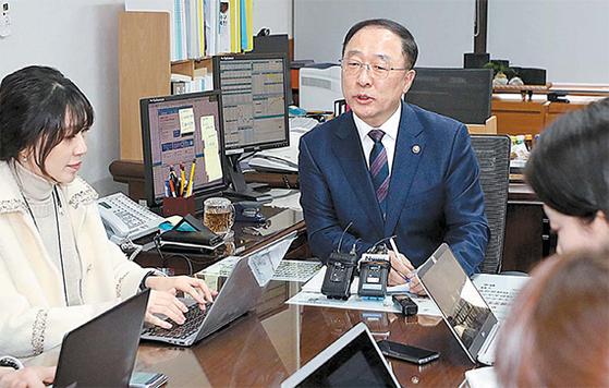 홍남기 경제부총리 겸 기획재정부 장관(왼쪽 둘째) 후보자가 9일 오후 서울 종로구 정부서울청사에서 청와대의 인선 발표 후 기자간담회를 하고 있다. [뉴시스]