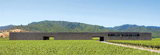 미국 포도산지인 캘리포니아주 나파밸리에 있는 도미누스 와이너리 전경. 스위스 건축가 헤르조그 앤 드 뫼롱이 지은 긴 박스 형태의 건축물이다. [사진 도미누스 에스테이트 웹사이트]