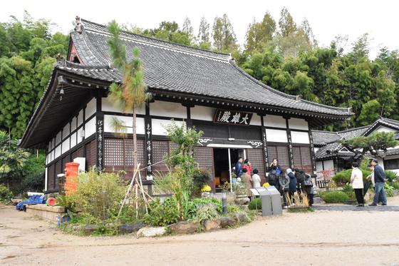 동국사의 대웅전. 급경사 지붕은 일본식 가옥의 특징이다. [사진 나리카와 아야]