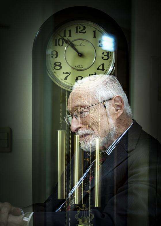 에드거 칸 박사가 벽시계를 뒤에 두고 생각에 잠겨 있다. 그에게 1시간의 노동은 무엇과도 바꿀 수 없는 인간의 고귀한 행동이다. [권혁재 사진전문기자]