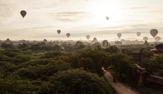 불교 성지 미얀마 바간은 극적인 일출을 볼 수 있는 장소다. 열기구와 푸른 평원, 사원이 어우러진 모습이 압도적이다. 최승표 기자
