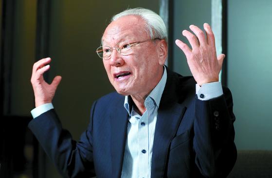 """박승 전 한은 총재는 ' 이념적 원리주의에서 벗어나 과감한 노동개혁과 규제개혁을 통해 기업의 국내 투자를 이끌어내야 한다""""고 강조했다. [신인섭 기자]"""