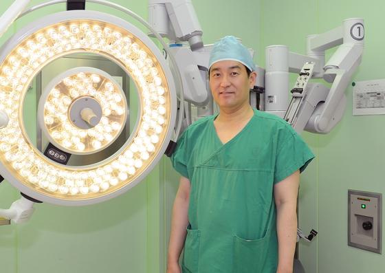 로봇수술을 전립선암 치료에 도입해 성공을 거둔 나군호 연세대 세브란스병원 비뇨기과 교수. 머지않아 무인치료도 가능할 것이라고 내다봤다. [사진 세브란스병원]