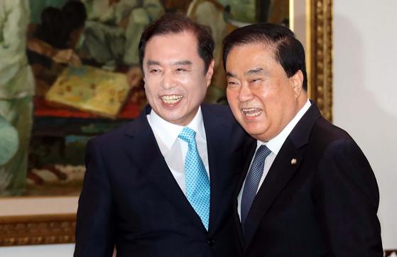 문희상 국회의장(오른쪽)이 25일 국회의장실을 예방한 자유한국당 김병준 혁신비상대책위원장과 반갑게 인사하고 있다. 문 의장은 여야 정치인들이 자주 만나도록 자리를 만들겠다고 말했다. 변선구 기자