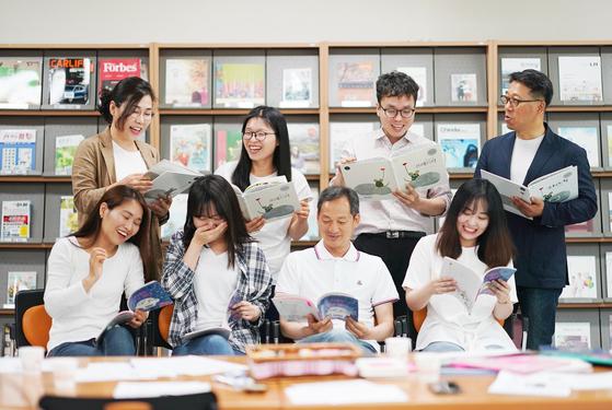 충남교육청 산하 도서관 사서들의 독서모임인 '가치, 읽고 쓰고 만들다' 회원들. 4년째 활동 중이다.