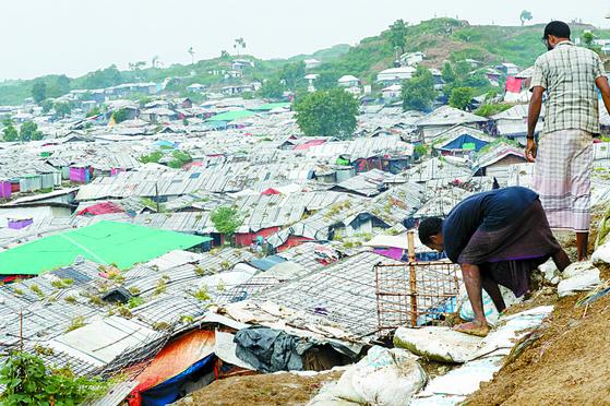방글라데시 로힝야 난민촌의 모습. 국제적십자위원회(ICRC)를 비롯한 국제 인도주의 기구의 지원으로 세운 가설 주택으로 가득찼다. 우상조 기자