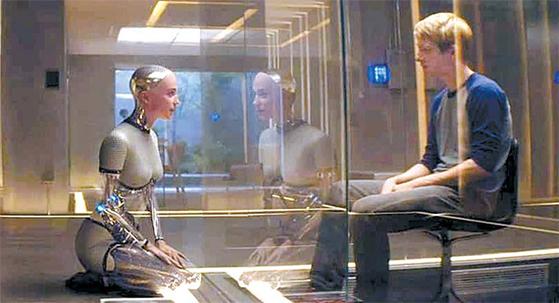 AI가 인간의 능력을 뛰어넘는 시대의 모습을 그린 영화 '엑스 마키나'의 한 장면. 로봇과의 사랑도 먼 훗날의 이야기가 아닐 수도 있다. [영화 캡처]