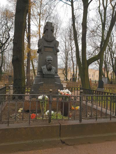 알렉산드르 넵스키 수도원에 있는 도스토옙스키 무덤