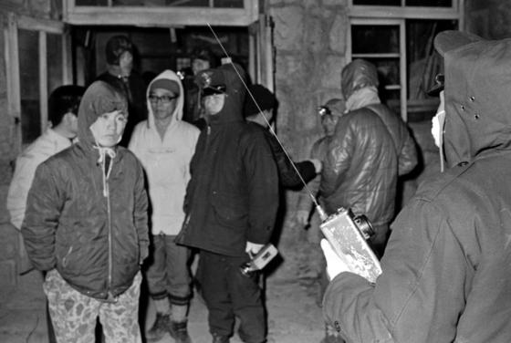 1971년 11월 28일 경찰과 구조대원들이 북한산 백운산장에서 인수봉 사고자들을 구조하기 위해 대기하고 있다. 백운산장은 1983년 4월의 인수봉 사고 때도 전진기지 역할을 했다. [중앙포토]