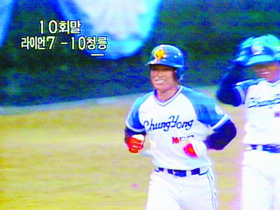 한국프로야구 원년인 1982년 3월 27일 개막전에서 MBC 청룡 이종도가 연장 10회말 끝내기 만루 홈런을 때리고 홈인하고 있다. [TV화면 캡처]