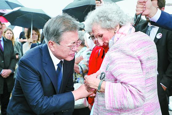 문재인 대통령이 지난달 29일 아르헨티나 국립역사기념공원을 방문해 군부 독재 희생자의 어머니와 얘기를 나누고 있다. [연합뉴스]