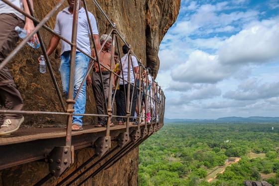 절벽을 따라 만들어진 사다리를 걷는 여행자들. [사진 채지형]