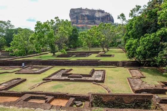 고대도시의 역사를 보여주는 건물터와 길. [사진 채지형]