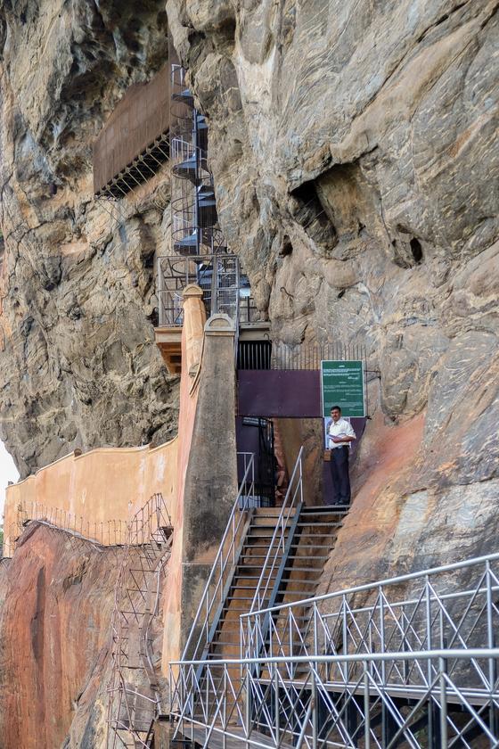 절벽에 그려진 프레스코화를 보려면 올라가야 하는 나선형 계단. [사진 채지형]