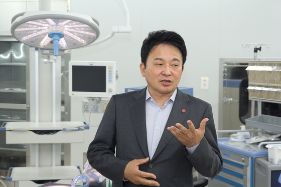 녹지국제병원을 둘러 보는 원희룡 지사. 최충일 기자