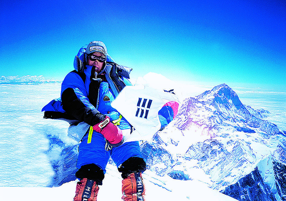 2007년 로체샤르에 등정해 히말라야 8000m급 16좌 완등을 이룬 엄 대장. [사진 엄홍길휴먼재단]