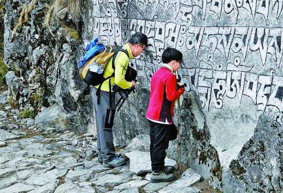히말라야 등반 도중 숨진 박무택 대원의 아들과 함께한 엄 대장. [사진 엄홍길휴먼재단]