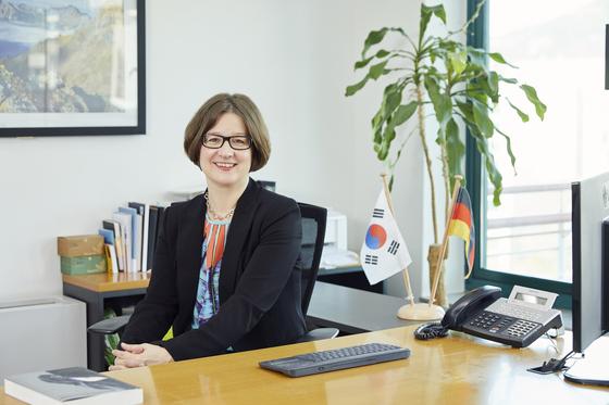 """바바라 촐만 한독상공회의소 대표는 '아우스빌둥 프로그램이 학생, 기업, 교육시스템 등 한국 사회 전반에 긍정적인 변화 효과를 불러일으킬 것으로 확신한다""""고 말했다. [한독상공회의소]"""
