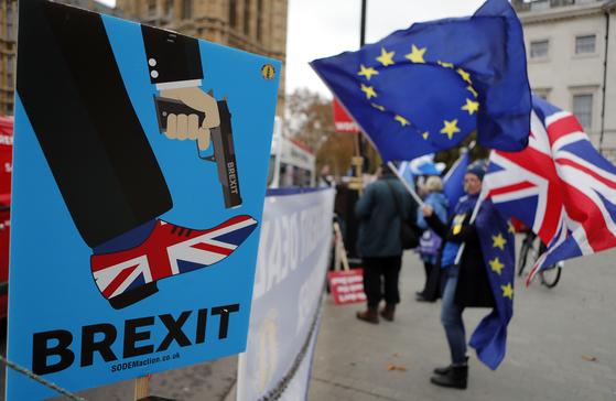 브렉시트 비준을 위한 영국 의회 표결을 앞두고 6일(현지시간) 런던 시내에서 유럽연합(EU) 잔류파들이 시위를 벌이고 있다. [AP=연합뉴스]