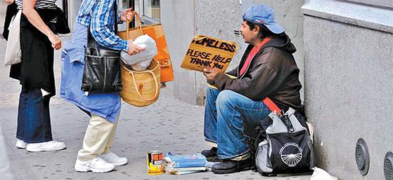 컴퓨터 알고리즘이 만능은 아니다. 복지수급 판정을 맡겼더니 오히려 부작용이 컸다. 사진은 미국 뉴욕의 시민들이 노숙자를 돕는 장면. [사진 에드 유어돈]