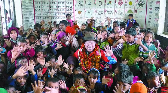 네팔 룸비니순디에 지은 휴먼스쿨에서 아이들과 함께한 엄홍길 대장. [사진 엄홍길휴먼재단]
