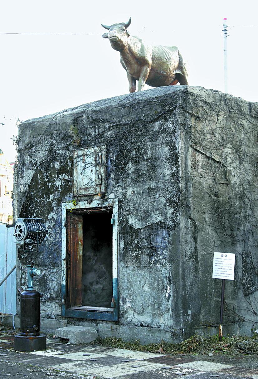 조양방직 금고가 있던 건물 위에 황소조각이 올려져 있다.