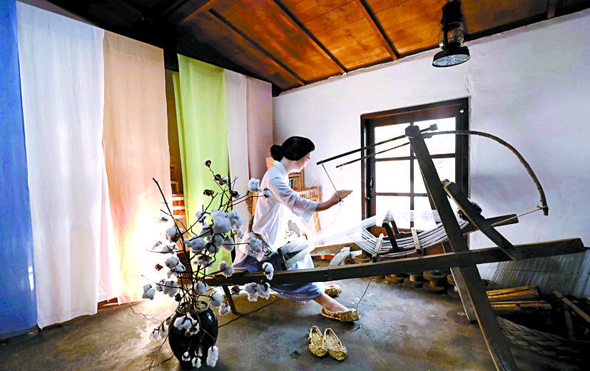 베틀로 면직물 짜는 모습을 소창체험관에 재현했다.