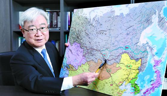 """김석동 전 위원장은 현장 답사를 다녔던 '시베리아 횡단철도' 일대를 가리키며 '이제부터는 '고조선 국경 열차'라 불러야 한다""""고 주장했다. [김경빈 기자]"""