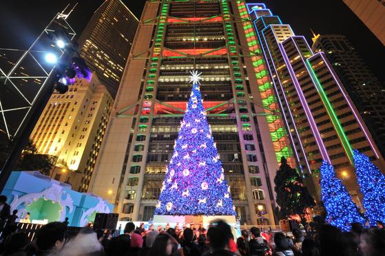 홍콩에서 가장 사랑받는 센트럴역 스태추 스퀘어의 크리스마스트리. [사진 홍콩관광청]