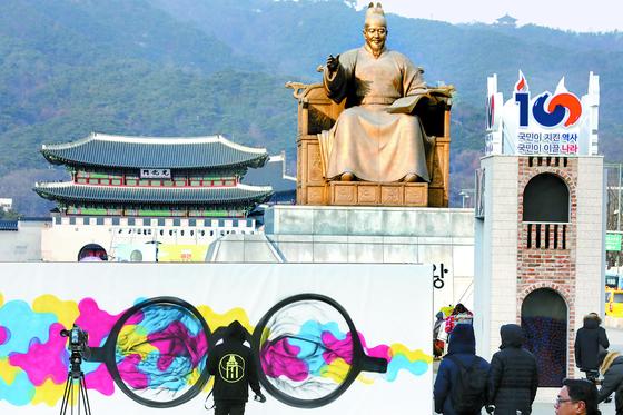 그라피티 팀 '레오다브 아트 크루'가 지난달 31일 서울 광화문광장에서 3·1운동 및 대한민국임시정부 수립 100주년 기념 그라피티를 하고 있다. [뉴스1]