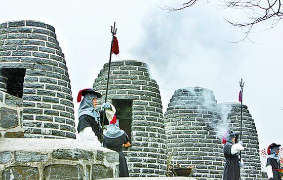 남산 봉수대에서 재연된 봉수 의식. [연합뉴스]