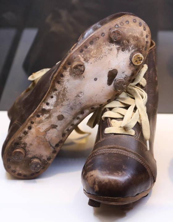 최정민이 신었던 축구화. 1920년대 평양에서 만들었다. [연합뉴스]