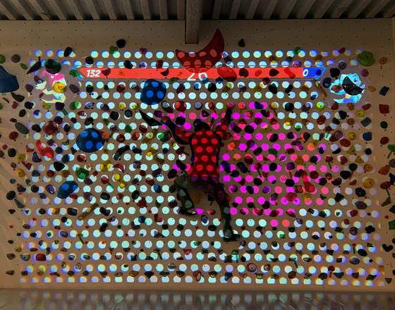 경북 구미의 '킹스 클라임'에서 한 클라이머가 증강현실을 이용한 스크림 암벽을 체험하고 있다. 홀드를 잡고 이동을 많이 할수록 점수가 높아지는 '땅따먹기' 게임이다. 김홍준 기자