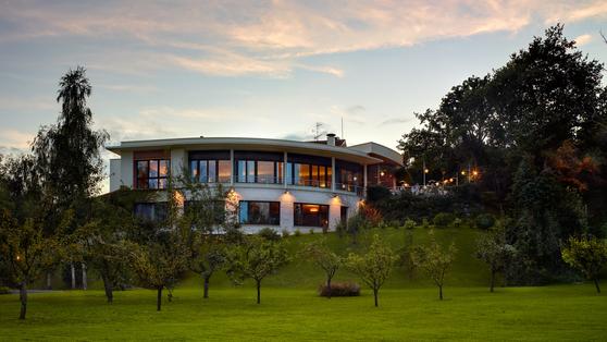 잔디 정원에서 올려다본 레스토랑 건물. 주택가 한 가운데 있다. [사진 마르틴 베라사테기]