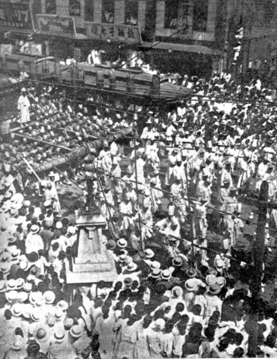 1919년 3월 3일 고종황제 장례식 때 큰 상여가 종로를 지나고 있는 장면. 이틀 전인 3월 1일은 장례 예행연습일이었다. 3·1운동은 고종과 떼어놓고 생각할 수 없다. 고종 독살 소문은 독립만세운동의 기폭제가 됐다. 『사진으로 보는 독립운동』 『서울 20세기, 100년의 사진 기록』에 실려 있다.