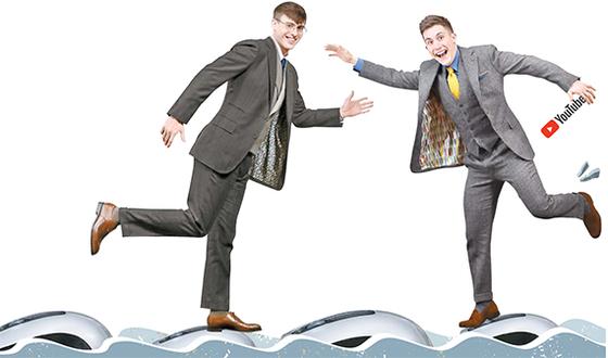 한국이미지커뮤니케이션연구원(CICI)이 10일 개최한 '제 15회 한국 이미지상 시상식'에서 한국을 널리 알린 공로로 '징검다리상'을 받은 '영국 남자'의 조쉬(왼쪽)와 올리를 인터넷의 바다에서 마우스 징검다리를 건너고 있는 모습으로 형상화했다. [신인섭 기자]