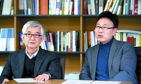 최장집 고려대 명예교수(왼쪽)와 박상훈 정치발전소 학교장이 최근 중앙SUNDAY와 베버 강연 100년을 맞아 대담을 하고 있다. [오종택 기자]