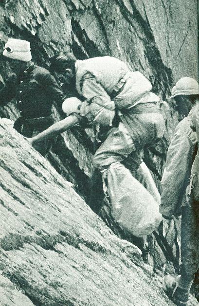 침낭으로 동상에 걸린 발을 감싼 모리스 에르조그가 1950년 6월 안나푸르나에서 하산하고 있다. [중앙포토]