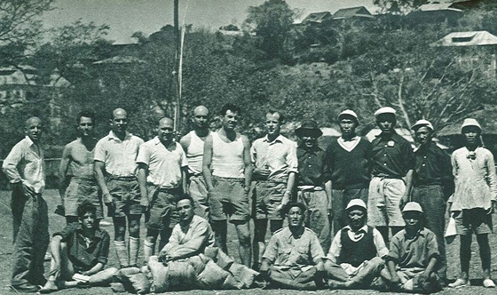 1950년 4월 1일 촬영한 프랑스 원정대 사진. 맨 왼쪽이 루이 라슈날, 그 옆 앉은 사람이 가스통 레뷔파, 가운데 러닝셔츠 차림 왼쪽이 리오넬 테레이, 오른쪽이 모리스 에르조그. [중앙포토]