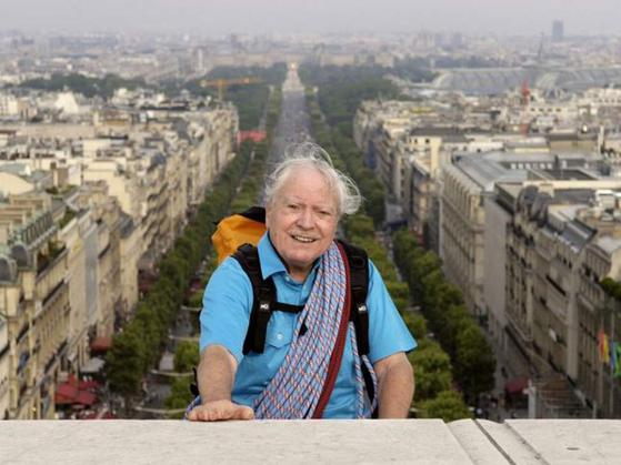 2005년 프랑스 파리의 개선문 꼭대기에 오른 모리스 에르조그. 이때 에르조그는 86세였다.[중앙포토]